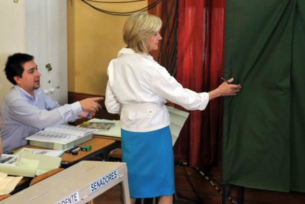 Al acudir a un centro de votación de Santiago para depositar su sufragio...