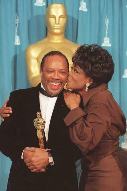 """Besando a Quincy Jones, quien recibió un """"scar en 1995.  Mira aquí los v..."""