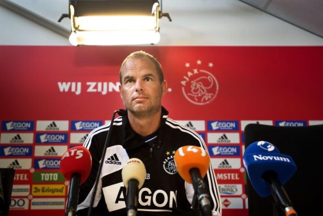 El holandés Frank de Boer, otro exdefensor, lleva las riendas de un hist...