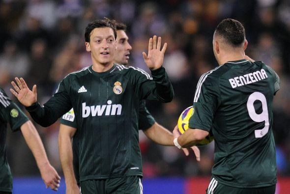 Otro mediocampista brillante es el alemán Mesut Özil.