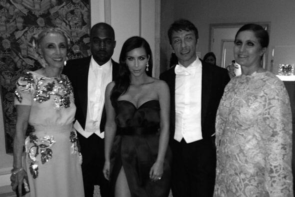Siguiendo con la MET Gala, aquí vemos a Kim y Kanye en compañía de Franc...