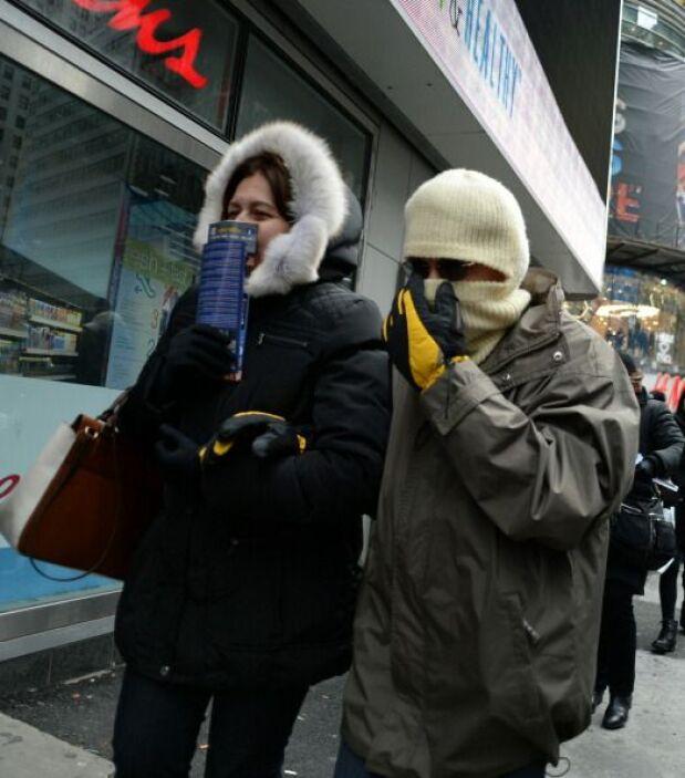 Pese a las temperaturas bajo cero, la multitud en Times Square celebró l...