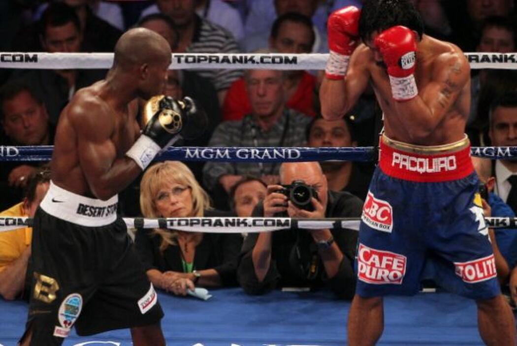 El último cuarto de pelea fue más lenta. Pacquiao solo dejaba pasar los...