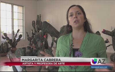 Artista 'borda' la realidad migratoria en uniformes de agentes fronterizos