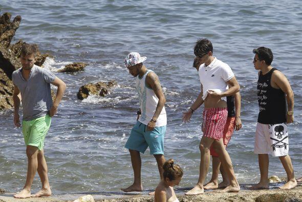 No dudó ni dos minutos en explorar la playa, y hasta remojar su cuerpeci...