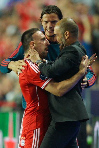 Celebración efusiva de Guardiola con el goleador.