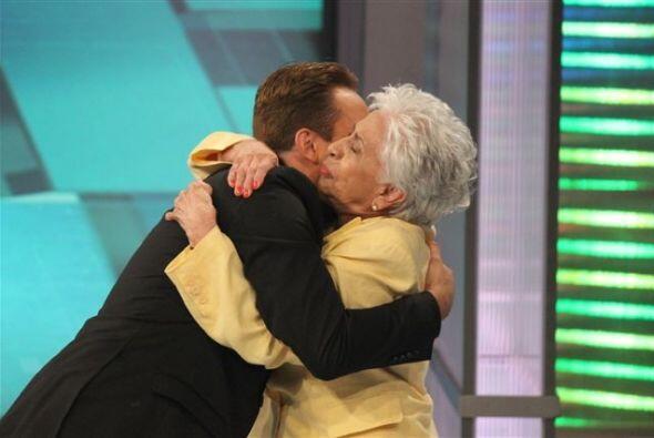 Su abuelita también lo acompaña para apoyarlo y llenarlo d...