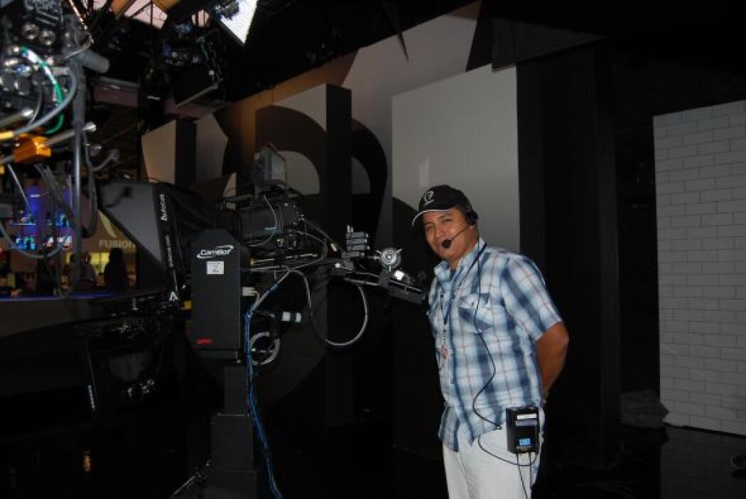 El público al que va enfocado es a televidentes latinos que hablan inglé...