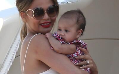 Chrissy Teigen y John Legend con su bebita Luna Simone.