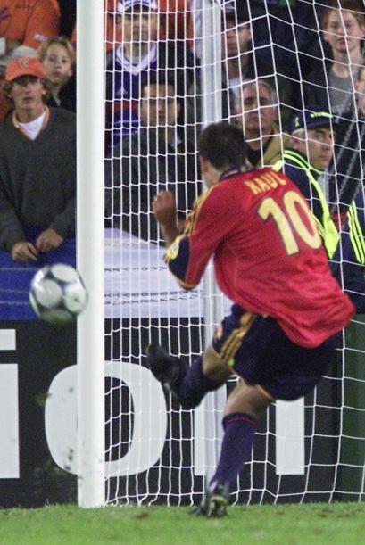 El eterno goleador español Raúl falló un penalti en el último minuto del...