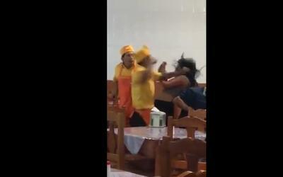 Empleado golpea a una mujer en un restaurante de México