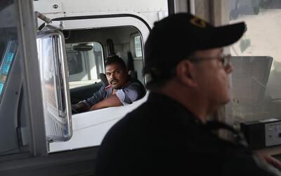 Un camión de carga espera aprobación para cruzar la frontera en Laredo....