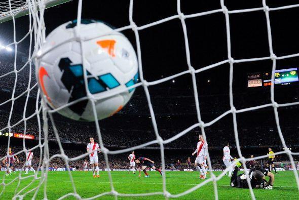 BAlón a las redes y ovación del Camp Nou a su ídolo.