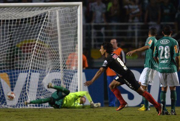 Golazo de Fernando Arce, el jugador mexicano recibió el bal&oacut...