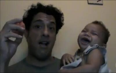 ¡A pura carcajada!: pequeño desata carcajadas cada vez que su papá rebot...
