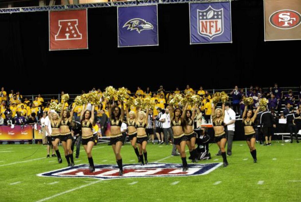 Las cheerleaders recibieron todas las miradas al medio tiempo con su ent...