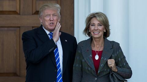 El presidente electo Donald Trump y la futura secretaria de Educaci&oacu...
