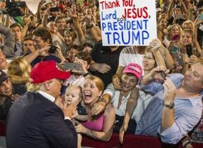 Donald Trump en un evento de campaña en Mobile, Alabama