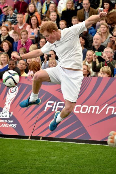 Mira qué pose de Harry al jugar.