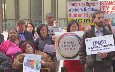 Megamarcha en Chicago contra las políticas sobre inmigración de Donald T...