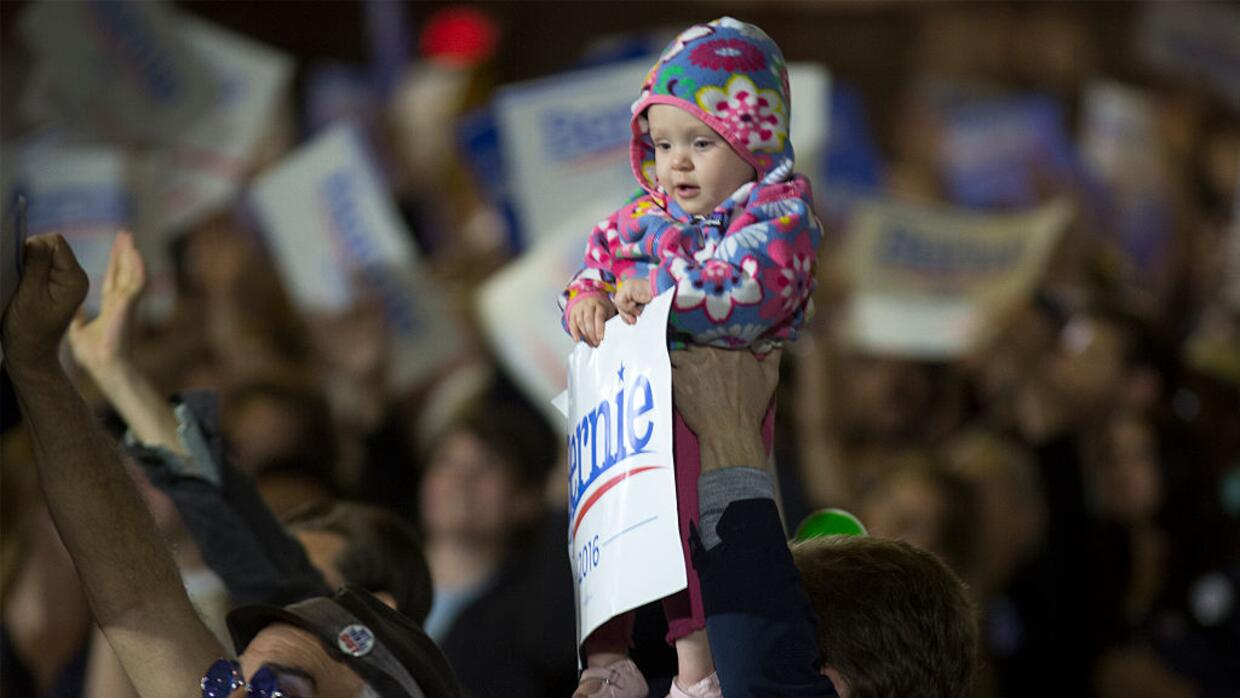 Un seguidor sostiene un bebé durante un mitin por Sanders en la elección...