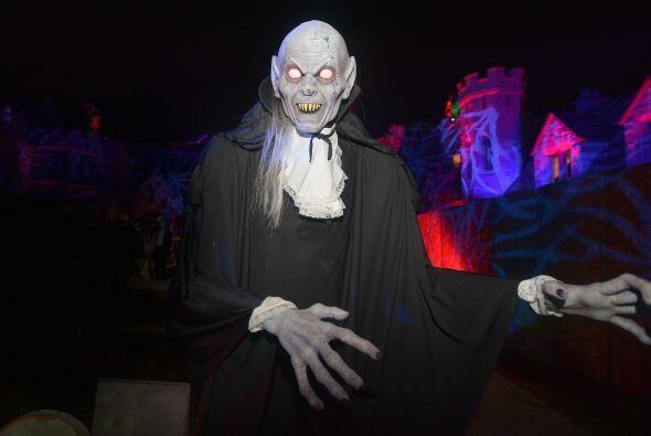 No faltaron tampoco, los disfraces tenebrosos. Este espantoso Nosferatu...