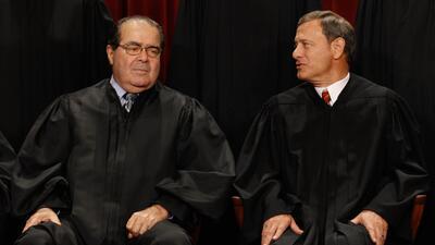 Antonin Scalia y John Roberts fueron dos de los jueces que votaron en co...