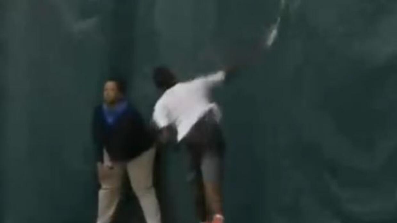 El tenista de Barbados lanzó su raqueta a una lona que estaba detrás de...