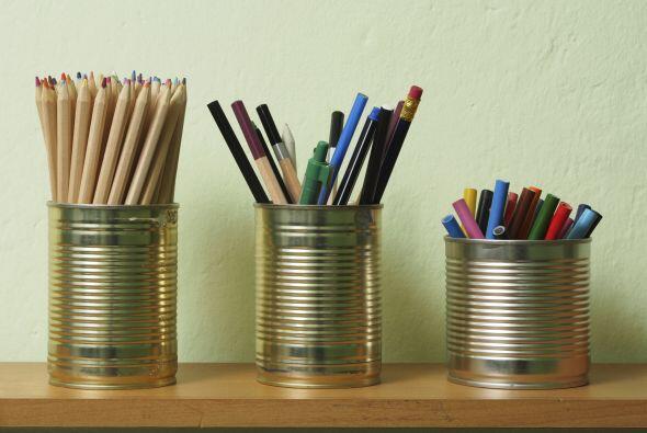 Latas recicladas. Para objetos pequeños como pinceles y lápices, puedes...