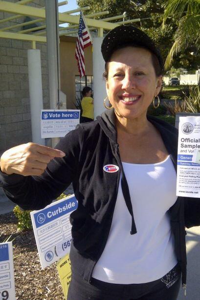 Norma Roque, reportera de Univision 34 en Los Ángeles, también votó.