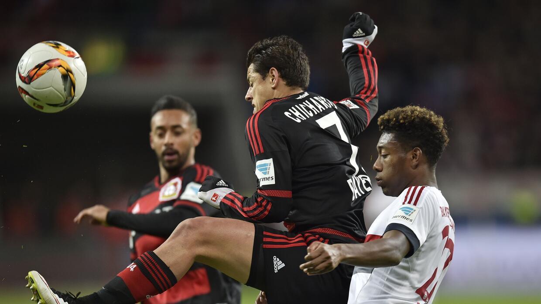 Chicharito peleó cada balón ante el Bayern Munich