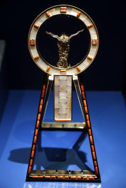Uno de los objetos es este reloj de espejo japonés diseñado por Cartier...