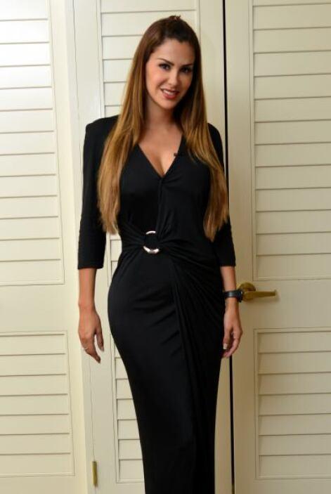Ninel se probó un vestido negro.