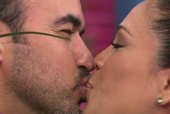 En el estudio les pidieron un beso y no dudaron en dárselo.