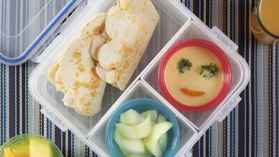 Lunch Box 1: Quesadillas + pepinos + hummus + agua de melón