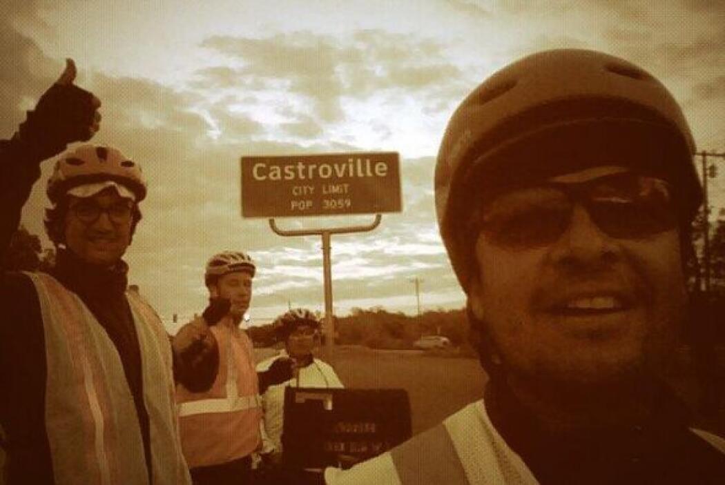 Junto a Gutiérrez hay otros tres ciclistas. Son una familia dispuesta a...