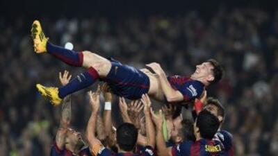 Messi es alzado por los aires luego de su segundo gol.