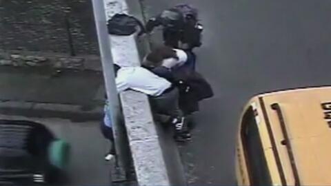 Conductores consiguieron detener a una joven que se había colgado de un...