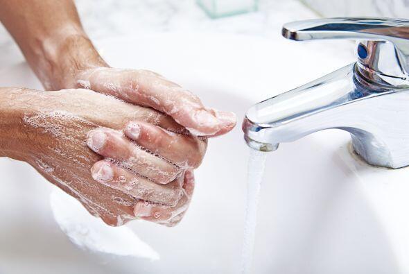 Nos lavamos las manos continuamente, desinfectamos nuestros baños...