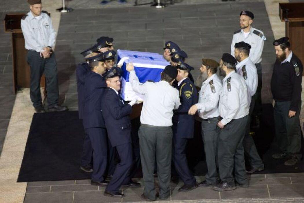 Este lunes, el féretro de Sharon, cubierto con la bandera israelí, era t...