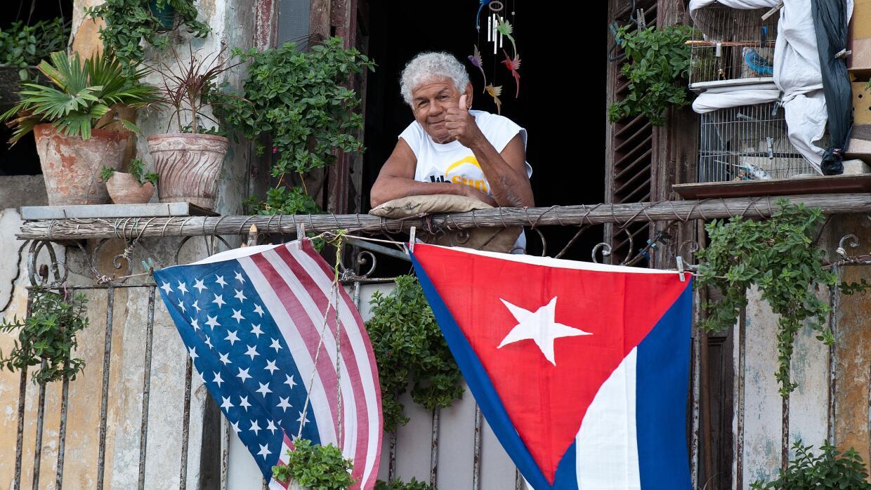 Banderas de EEUU y Cuba en un balcón de La Habana.