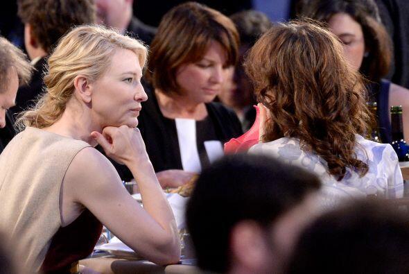 Cate Blanchett, muy atenta. Mira aquí los videos más chism...