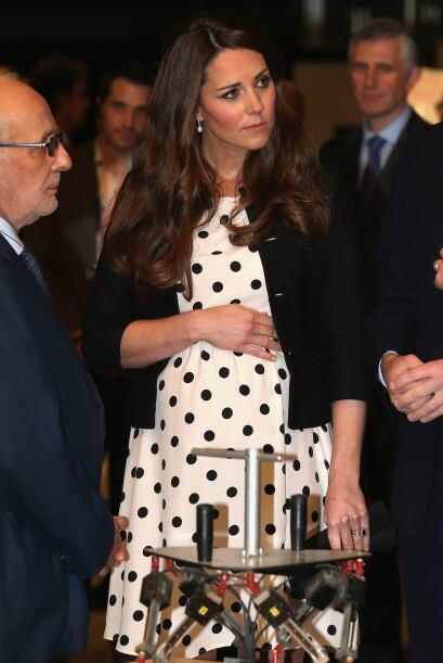Kate estaba muy atenta a la explicación cuando seguramente sintió una pa...