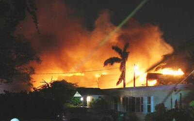 Bomberos atienden la emergencia por el incendio en una vivienda de Miami...