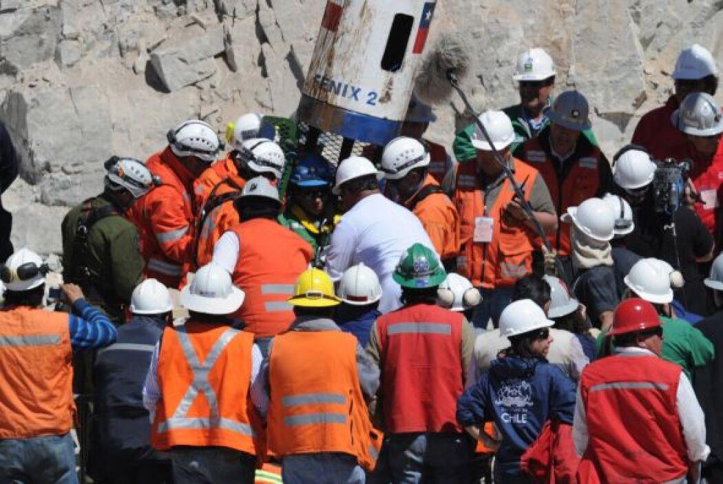 Como sucedió con cada uno de los mineros, se escuchó una algarabía cuand...