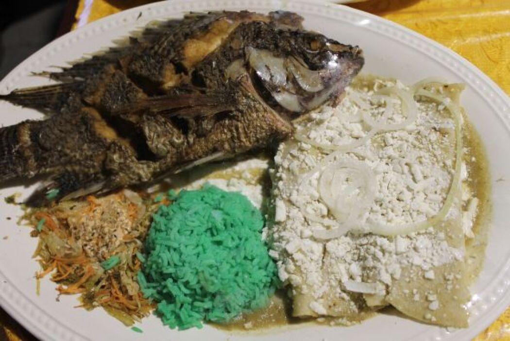 Enchilada tipo suiza con pescado y cebollitas. Y por si te quedas con ha...