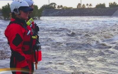 Equipos de socorro tuvieron que rescatar a dos jóvenes que se lanzaron a...