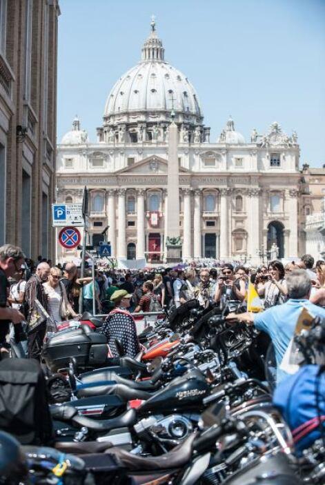 """Las motocicletas """"privilegiadas"""", colocadas en batería, relucientes, con..."""