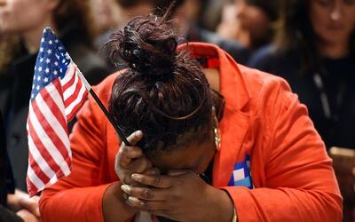 Marta Lunez, una votante de Hillary Clinton, reacciona al resultado elec...