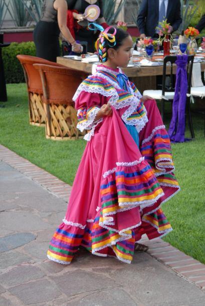 El vestuario elegido para ellas muy colorido y mexicano.